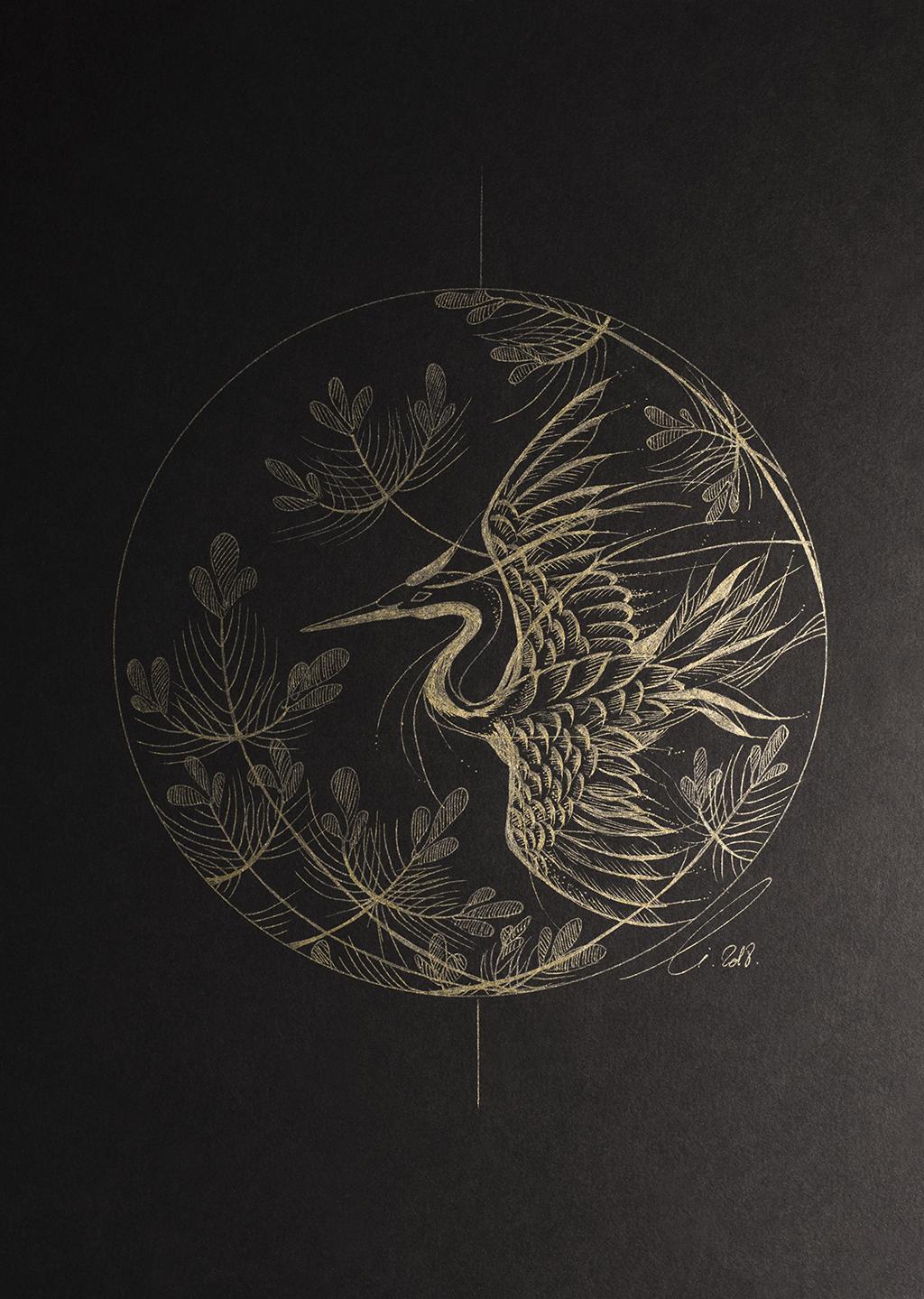 Les plumes et les pins, illustration d'un oiseau survolant un jardin japonais aux plumes dorées.