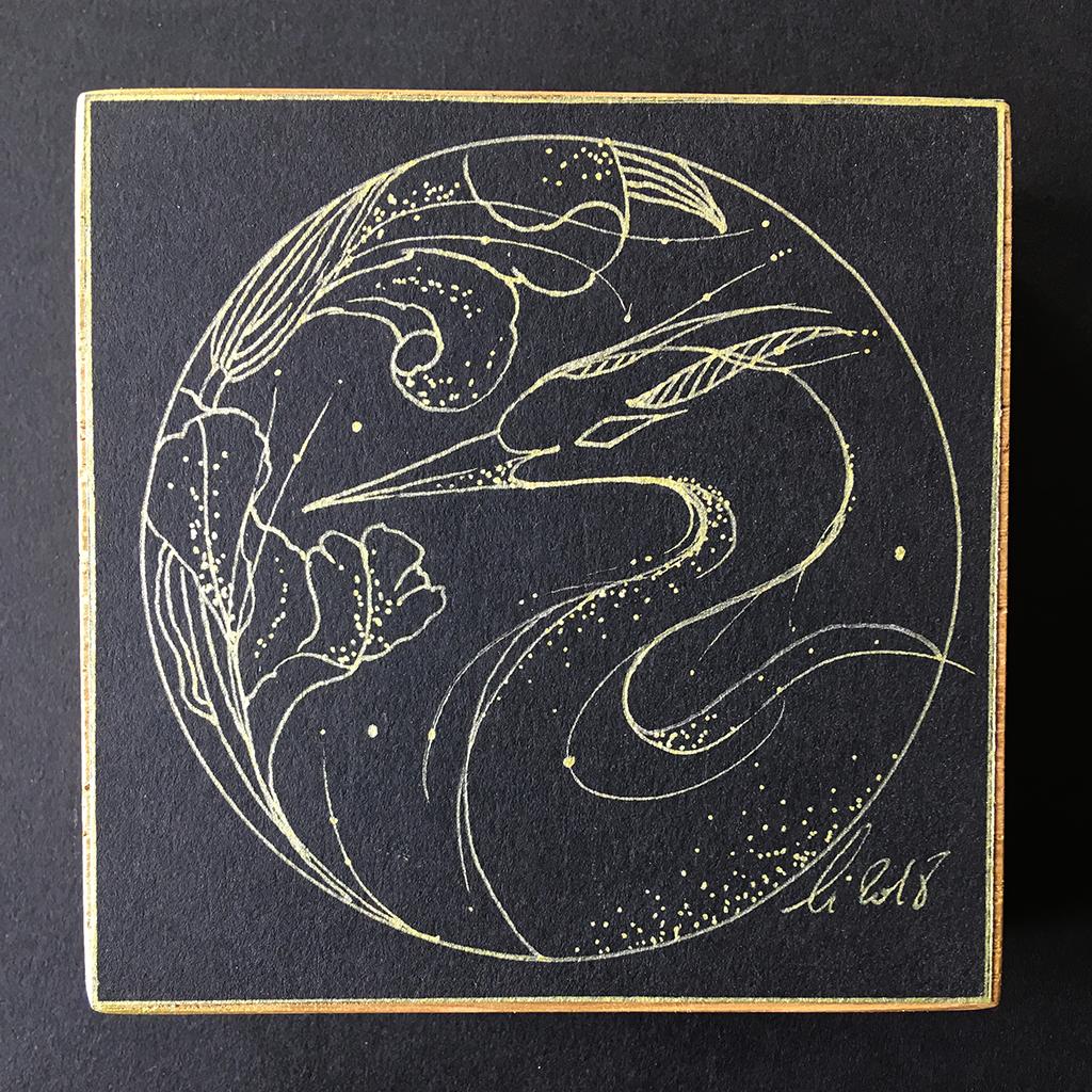 Fier héron aux iris, dessin aux lignes dorées de l'animal et de la fleur sur fond noir