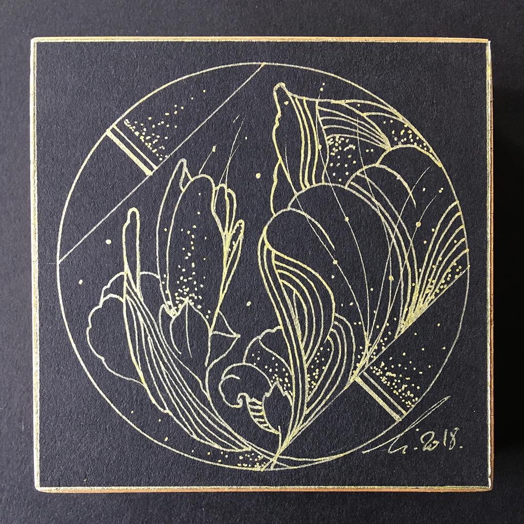 Eclosion d'un iris sur papier noir aux lignes dorées, contre collé sur un support en chêne massif